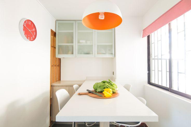 Cocina blanca naranjo muebles madera mesa comedor diario estante mural puertas vidrios sin tiradores dproject