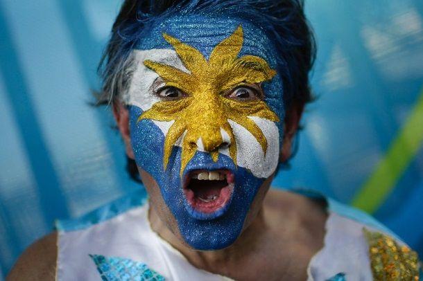 Arjantin Bosna maçı öncesi yüzünü Arjantin bayrağı rengine boyayan bir taraftar