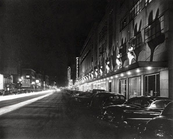 Le magasin Pollack sur le boulevard Charest, Archives de la Ville de Québec  //  Un toit recouvre le trottoir.  Il s'effrondera.