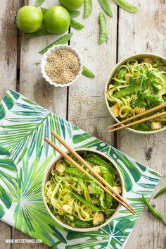 Thai-Zucchinispaghetti mit Pak Choi, Erbsen und gebratenem Tofu