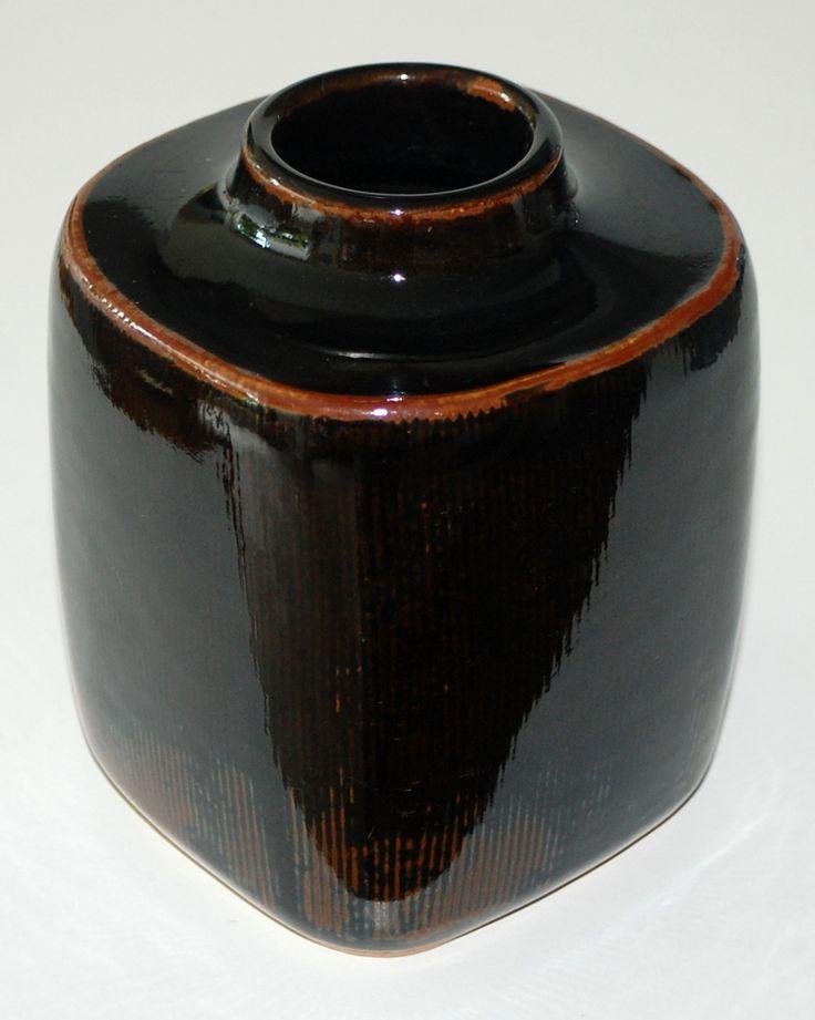 Vase in stoneware with tenmoku, Valdemar Pedersen for Bing & Gröndahl Denmark. W: 10,5x10,5. H: 13,5 cm.