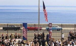 Fuzileiros navais americanos erguem bandeira dos EUA em ato que marca a reabertura da embaixada dos Estados Unidos em Cuba, depois de mais de meio século fechada.  Fotografia: Stringer / Reuters.
