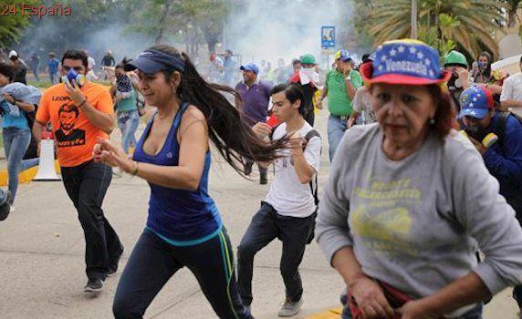 Militares venezolanos disparan trozos de hierro contra los manifestantes