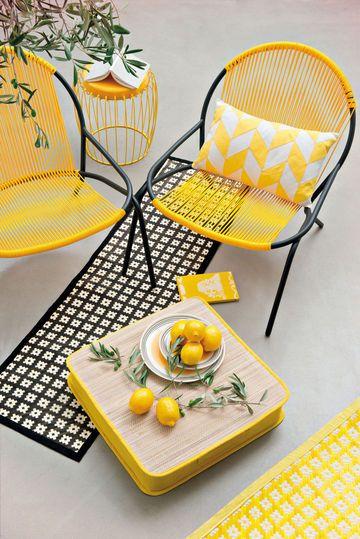 ETHNIC & VITAMINE - Une terrasse à la décoration jaune soleil  Photo : Monoprix    Fauteuil tressage polypro curry,