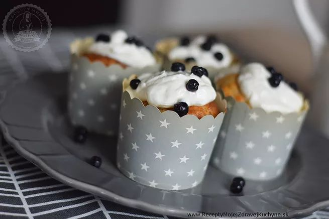 Nové formičky na muffinky si vyžiadali okamžité činy, zásoby čučoriedok v mrazničke a grécky jogurt v chladničke boli jasná voľba :-) Recept je jednoduchý, muf