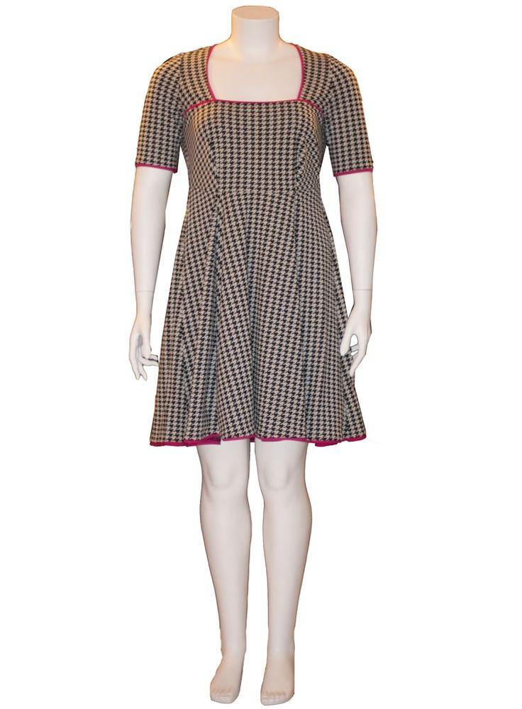 GENKEI plus size kjole med hanefjed mønster, der klæder kvinder med former