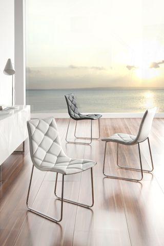Comodidad y elegancia. Así definimos a esta colección de sillas que hemos diseñado con un original y confortable tapizado acolchado. El estilo soft ha llegado a Dugar Home.  #DugarHome #decoración #hogar #sillas