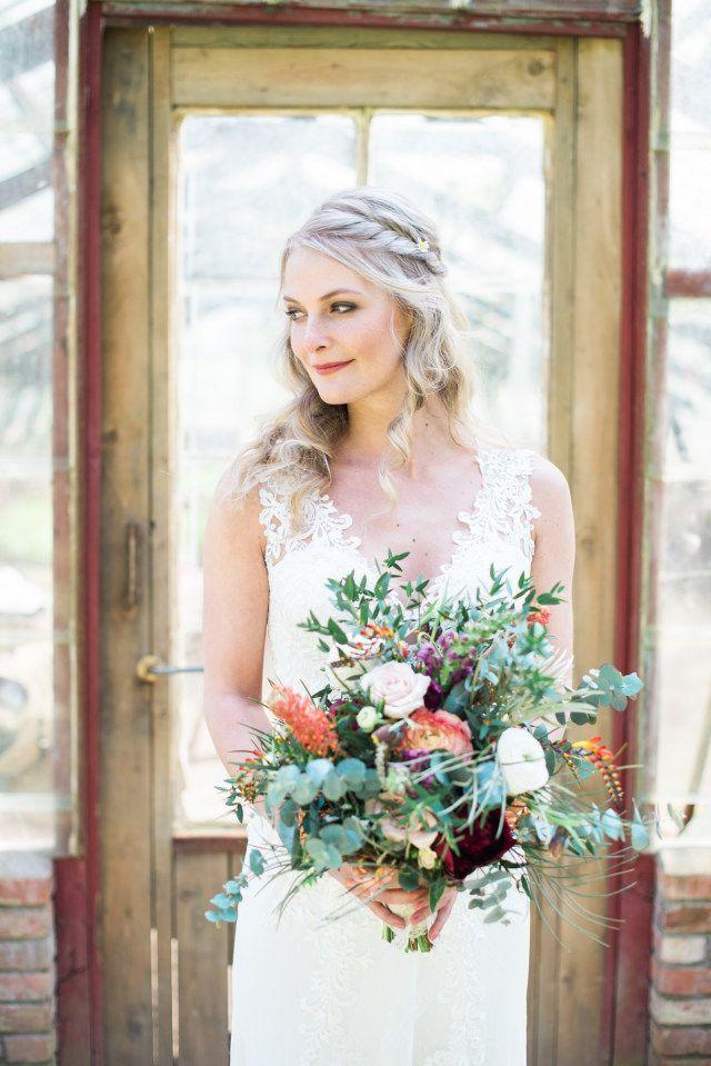 Credit: Mariska Staal Fotografie - huwelijk (ritueel), bruid, vrouw, bloem (plant), volk, portret, buitenshuis, zomer, jurk, binnenshuis, mode, bruids, raam