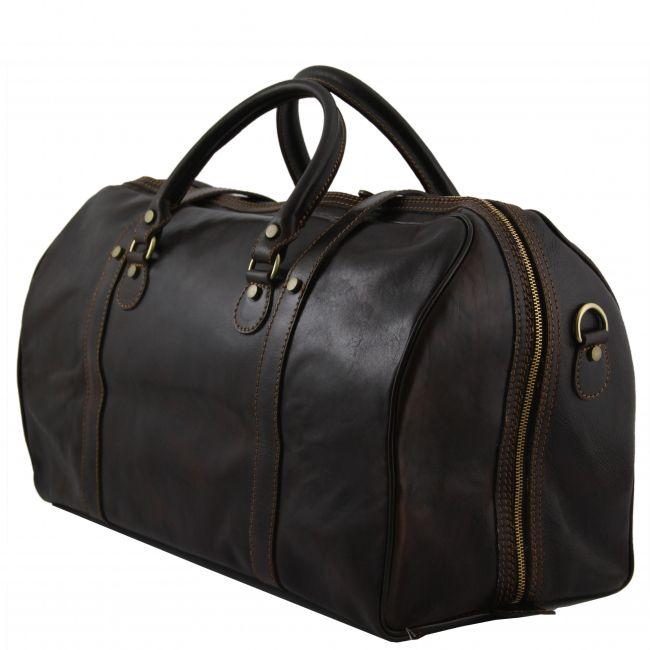 """Deze lederen duffel-#reistas heeft een """"vloer-tot-vloer"""" rits. Ter bescherming van de onderkant van de reistas zijn noppen aangebracht. Deze tas is zowel in de hand als over de schouder te dragen  - € 325,99"""