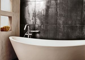 Vi elsker kontrasten mellom metallgloss-flisene og det lyse badekaret. Lekkert! #fliser #baderom #inspirasjon #skogr