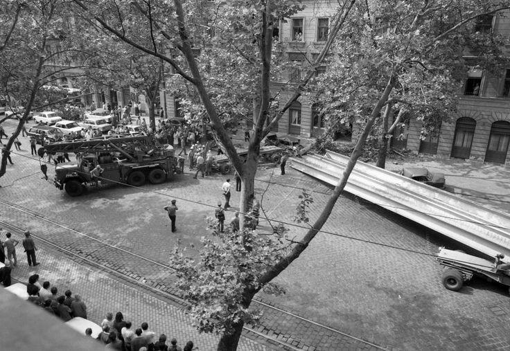 Haller utca (Hámán Kató út), baleset a 26. számú ház előtt. 1982