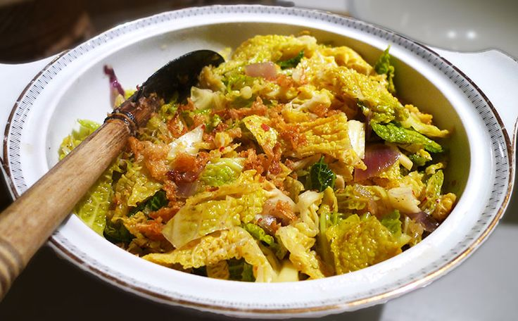 Ik roerbak kool meestal. Deze Indische sajoer toemis van kool is daar het perfecte recept voor. De trassi en laos geven de typisch Indische smaak.