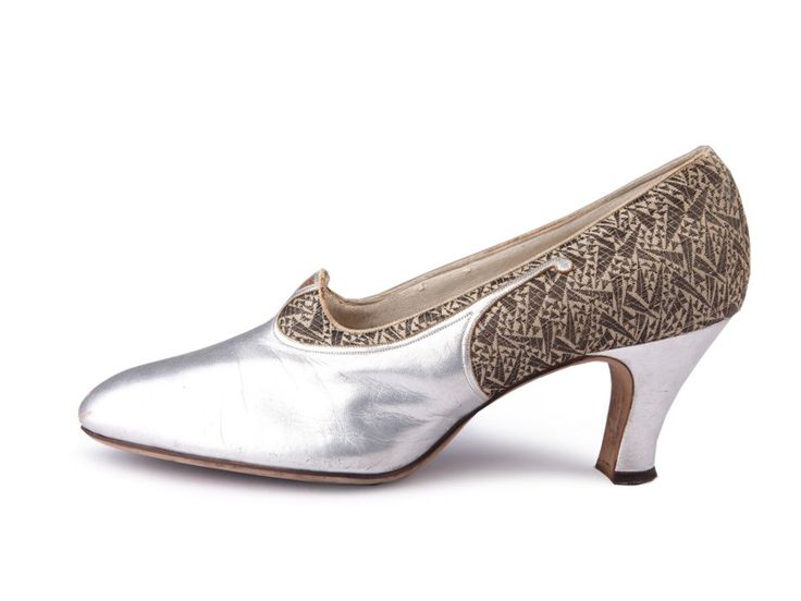 1920's Evening pumps in silver leather and golden brocade. Roaring Twenties, flapper fashion.