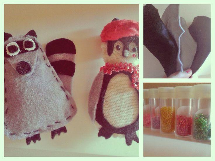 Pequeños muñecos para decorar la casa hechos de fieltro, retales de telas y pequeñas bolas de bisutería.