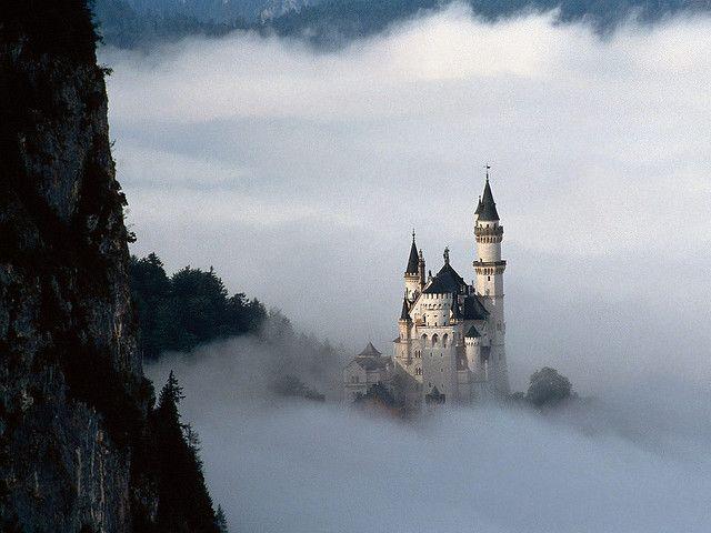 霧に埋もれるお城。