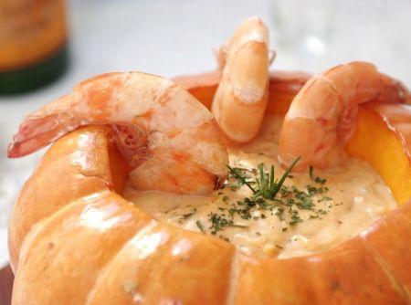 Camarão na Moranga 1 unidade(s) de abóbora moranga 2 colher(es) (sopa) de azeite 1 unidade(s) de cebola picada(s) finamente 2 dente(s) de alho picado(s) finamente 1 xícara(s) (chá) de molho de tomate 1 kg de camarão cinza limpo(s) 2 colher(es) (sopa) de farinha de trigo 1/4 xícara(s) (chá) de leite 250 gr de requeijão 1/2 lata(s) de creme de leite Mococa sem soro quanto baste de sal quanto baste de pimenta-do-reino branca quanto baste de cheiro-verde para polvilhar
