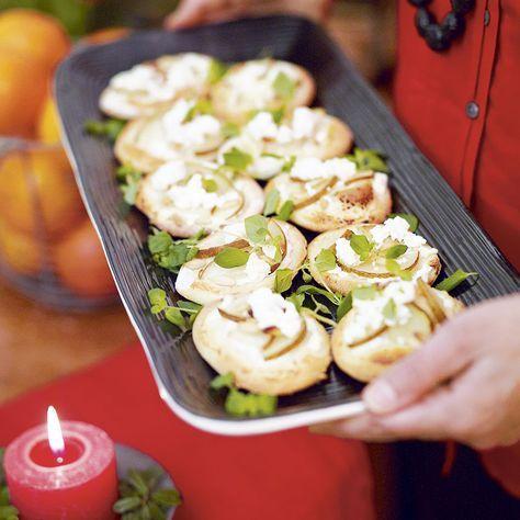 Söt minipizza med chevré och päron fungerar som ett lite matigare tilltugg till glöggen.