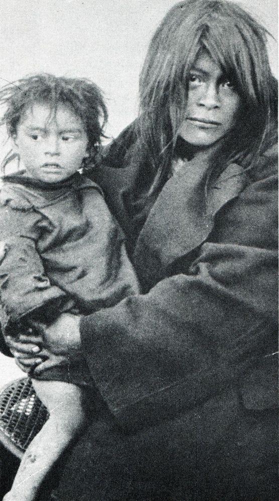 """Madre alacalufe con su hija. En: """"Los indios de Tierra del Fuego: los Halakwulup"""""""". Martín Gusinde. Editorial C.A.E.A .1986."""