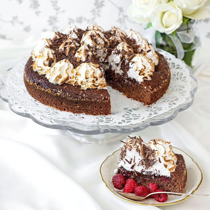 Kakan är garnerad med en fluffig italiensk maräng och riven mörk choklad.