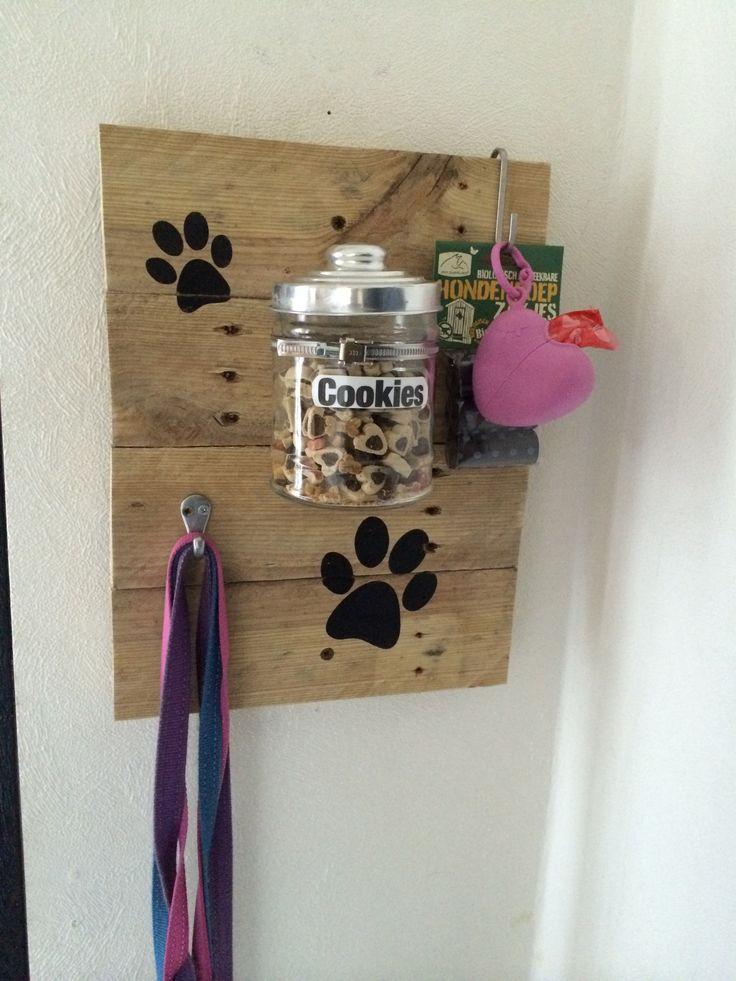 Speciaal voor de honden, opberger voor de riemen en koekjes... Gemaakt van pallethout... #DIY