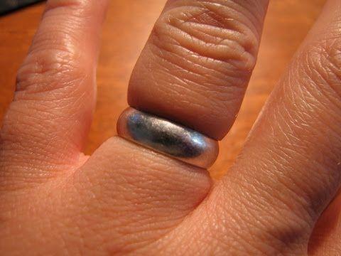Opgezwollen vinger? Met deze handige truc haal je die ring SNEL van je vinger…