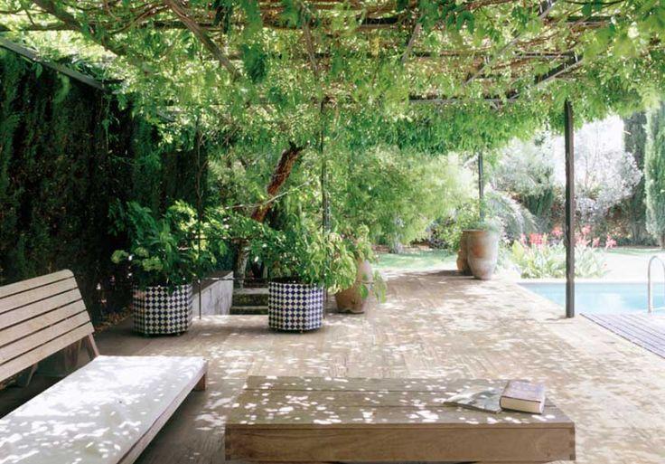 Fotograf a de terraza en el jard n con techo de for Asientos para terrazas