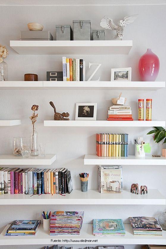 Simple. Sobrio. Los estantes flotantes siempre son un acierto en ambientes con poco peso visual.