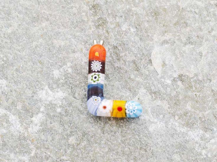 Lettera L  Iniziale in vetro di murano. Ciondolo pendente, colori vari con murrine inserite.