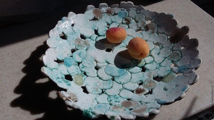 Сделанное из грубого шамота, блюдо специально для нежных фруктов. В окрасе старалась подражать мелкой воде и камушкам, ручейкам. Предусмотрены технологические отверстия (дырки))) для слива воды после мытья фруктов. С оборотной стороны - грубая, темная, земная поверхность и глазурь.…