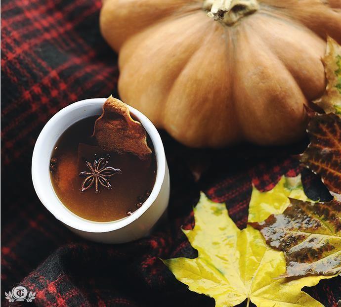 ХЕЛЛОУИН Для любителей вечеринок это просто заморское развлечение, ну а для любителей чая — повод узнать новый рецепты. ТЫКВЕННЫЙ ЧАЙ • Для приготовления тыквенного чая понадобится: ~ 1/4 чашки тыквенного пюре ~ 2 чашки крепкого свежезаваренного горячего черного чая ~ 1 чашка горячего молока ~ 1/2 ч. ложки пудры корицы ~ 1/4 ч. ложки тертого мускатного ореха ~ 1/8 ч. ложки гвоздики ~ сахар по вкусу ~ взбитые сливки по желанию ~ корица для гарнира • Приготовление тыквенного чая: Все…