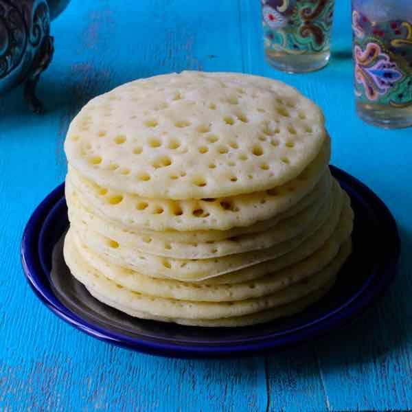 Le baghrir ou crêpe mille trous est une crêpe marocaine préparée avec de la semoule de blé dur, souvent agrémentée de beurre et de miel.