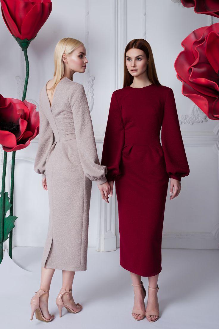Платье «Лиля» беж — 26 990 рублей, Платье «Лиля» бордовое — 26 990 рублей