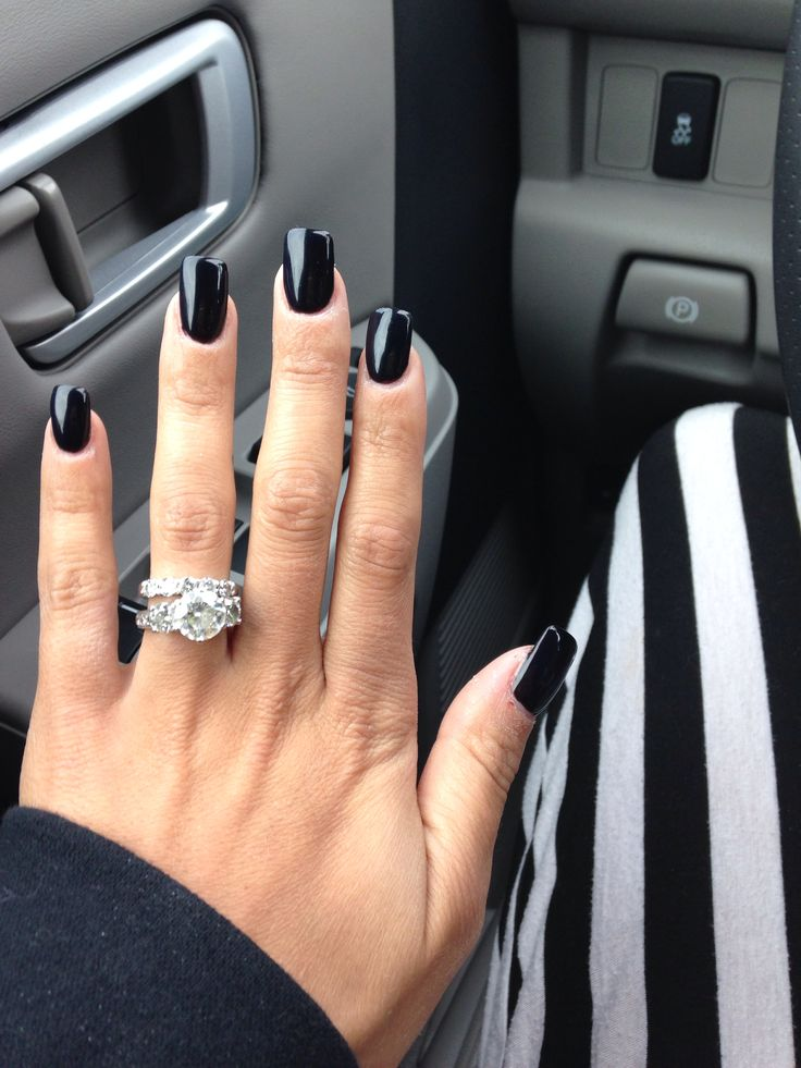 I really, don't like black nails but its cute on this lady