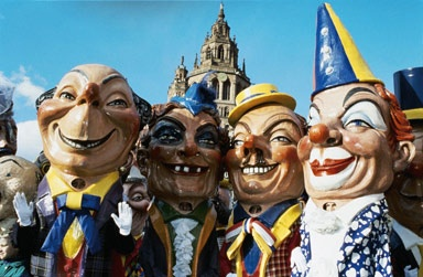 The Schwellköpp (swollen heads) have been a trademark of the Mainz Carnival since 1927. There are approx. 30 unique specimens of the 25 kg heavy, inordinately large papier-mâché heads in existence. They show, satirically exaggerated, typical physiognomies of Mainz characters of both sexes.