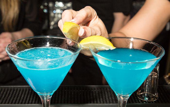 Absolute Bartending - Garnishing a cocktail.