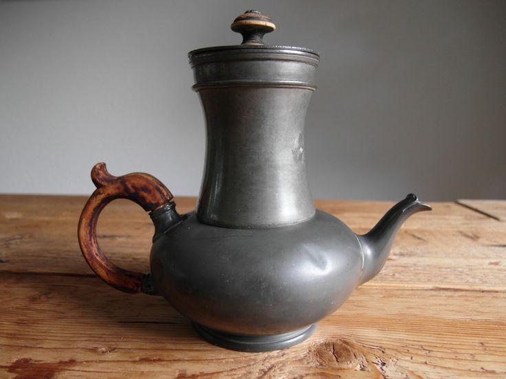 Antique coffeepot/teapot Benjamin Grayson & Son -  Sheffield (UK) - ca 1875  Antiek koffie- theepot te gelijk met houten handvat en deksel knop Tinnegieterij : B. Grayson & Son, Late of R. Broadhead & Co, Sheffield (UK) Serie nummer : T 320 2 Afmetingen (H x D) : 18 cm x 12 cm  Gewicht : 563 gr Conditie : goede staat voor zijn leeftijd (140 jaren!)