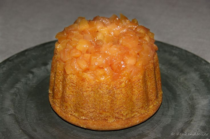 Een gestoomde cake die langzaam bakt in kokend water. Met lekker gekarameliseerde stukjes appel. Eet hem het liefst warm met wat vanille ijs.