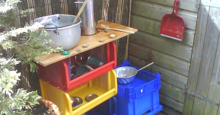 Today with a little help from family and my lovely boys, we created a Mud Pie Kitchen!     Kenzie spent the last few weeks at Pre-School las...