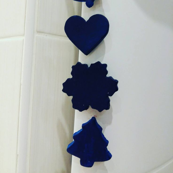 Lot de 4 magnets de Noël bleus, sapin, coeur, flocon de neige et cloche, faits main par dancing Under a Rainbow. by Dancingunderarainbow on Etsy