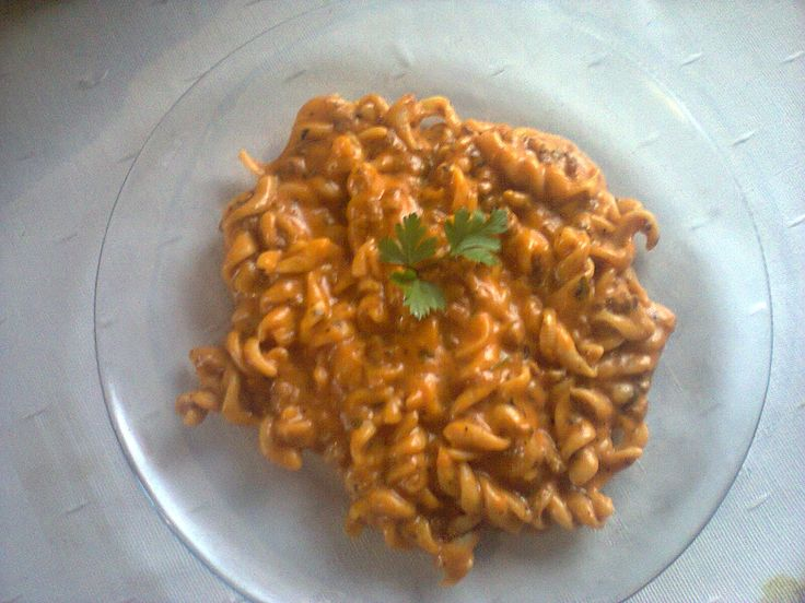 500 g de macarrão parafuso  - 400 g de carne moída  - 1 lata de creme de leite  - 1 lata de molho de tomate  - 1 copo de requeijão cremoso  - 1 tablete de caldo de carne  - 1 pacote de queijo parmesão ralado  - Água  -
