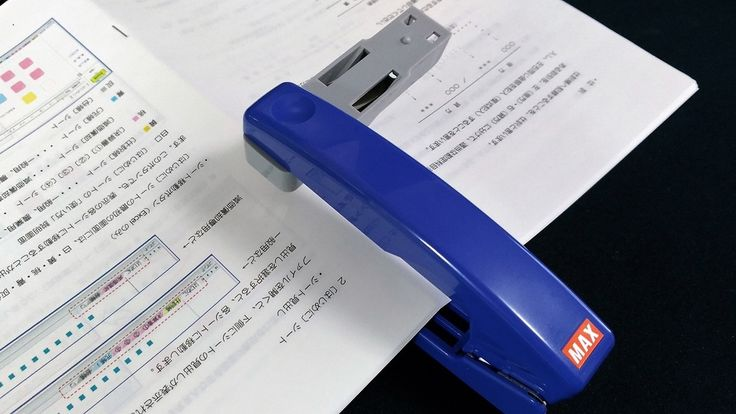 90度回転して中綴じ冊子や紙の筒が手軽に作れるステープラー【今日のライフハックツール】