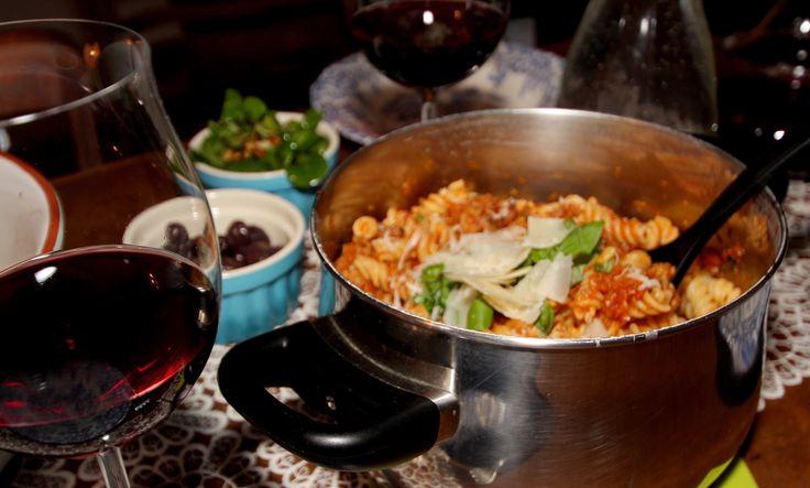 Bratwurst und Bolognese ist eine fantastische Kombination. Unter der Zugabe von Fenchel und Balsamico wird die Sauce von Jamie Oliver ein Gedicht.