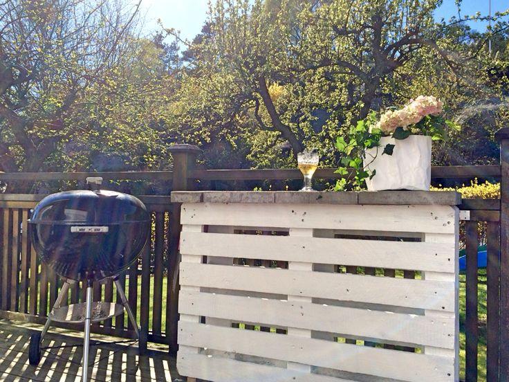 Grillbänk av två lastpallar och trädgårdsplattor.