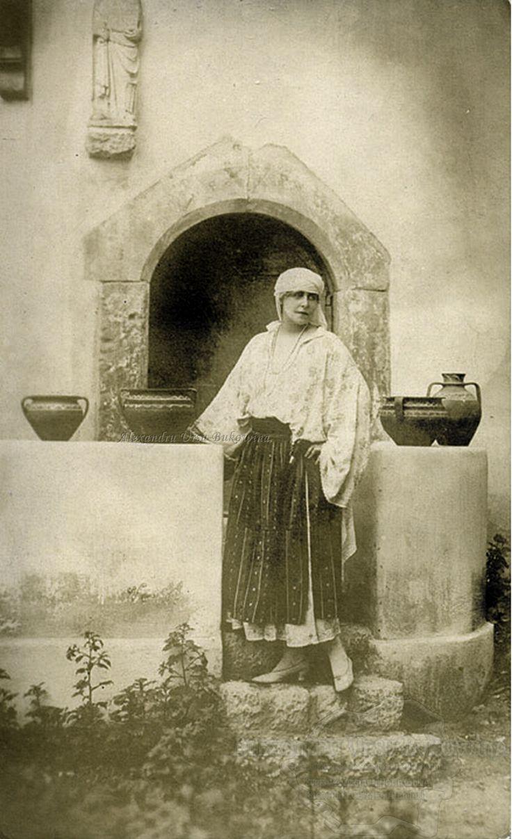 Regina Maria pe o terasă din curtea Castelului Bran. 1925-1930.