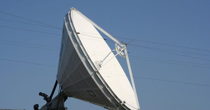 Como usar uma antena de satélite como uma antena de Wi-Fi. Converter uma antena parabólica em uma antena de Wi-Fi pode aumentar significativamente a faixa para a recepção de sinais sem fio. Na verdade, o recorde mundial para o envio e recebimento de sinais sem fio foi estabelecido usando-se uma antena parabólica como receptor.