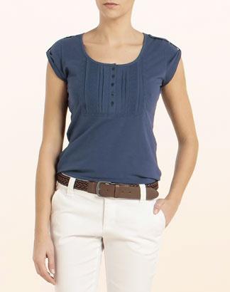 Camiseta en color azul marino en manga corta, con jaretas en el frontal y cuello redondo.