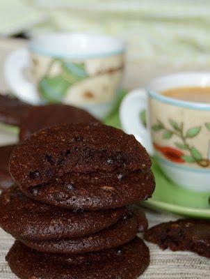 Kívül ropogós, belül krémesen lágy, nagyon csokoládés keksz lisztmentes változatban. Hozzávalók 15 dkg finomra őrölt dió (vagy mandula) 15 dkg porcukor 6 dkg kakaópor fél kávéskanál só 20 dkg étcsokol
