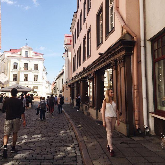 Доброе утро✨ а я тихонечко радуюсь, что в Питере лето-не лето и можно ходить в джинсах 🙈 все мои успехи в работе над телом испарились после месяца вкусной еды и пива😳 ну как можно не пить пиво в Праге? 😂 в общем, я снова перехожу на отруби😢 а на фото кусочек солнечного Таллина ❤️