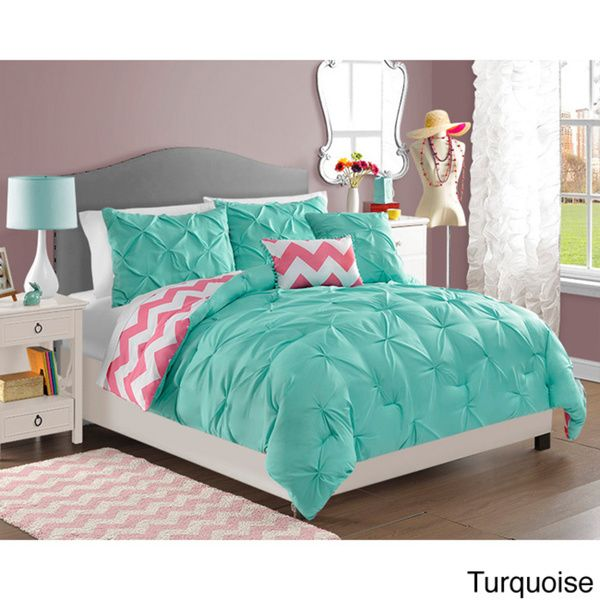 Add a pop of color to your child's room with this fun comforter set by VCNY. Crafted from polyester, this comforter features a reversible design that showcases a solid top and patterned reverse. This