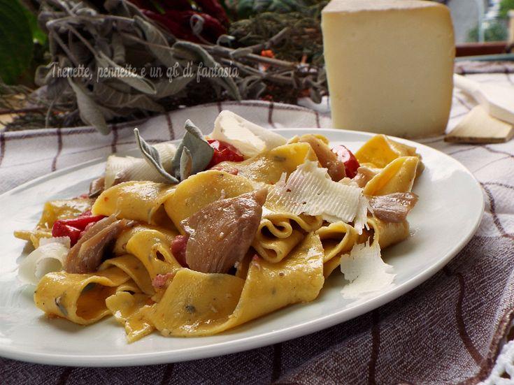 Oggi vi propongo un primo piatto di pasta fresca fatta in casa le Pappardelle alla salvia con funghi pleurotus e salsiccia. Primo piatto rustico dai sapori